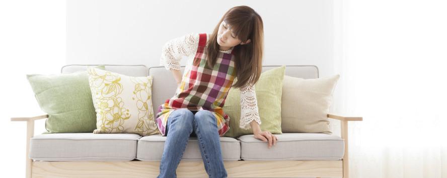 腰の痛む女性
